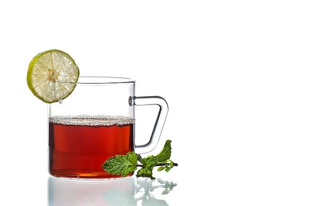 Tasse tee, minze und zitrone auf weiß