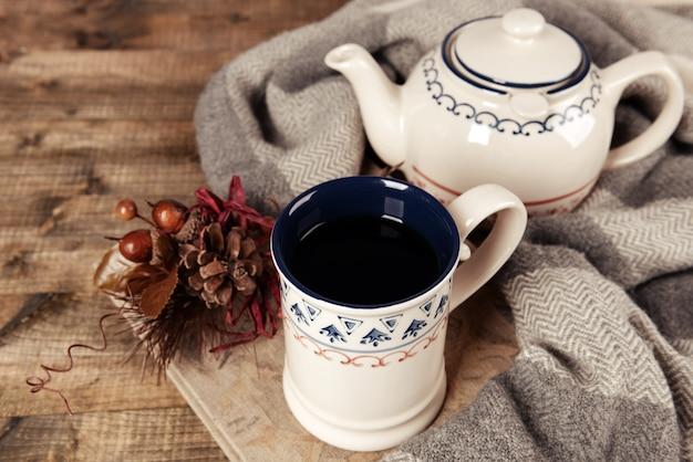 Tasse tee mit buch auf tischnahaufnahme