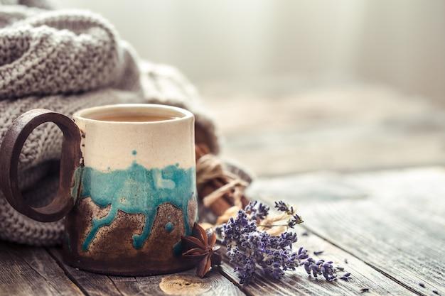 Tasse tee mit einem pullover