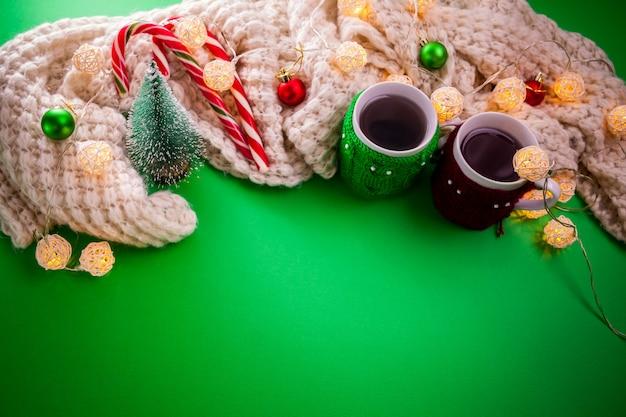 Tasse tee mit einem schal weihnachtshintergrund