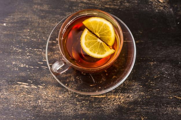 Tasse tee mit einer zitrone