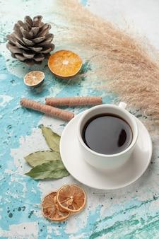 Tasse tee mit halber draufsicht auf hellblauer oberfläche