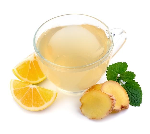 Tasse tee mit ingwer und zitrone