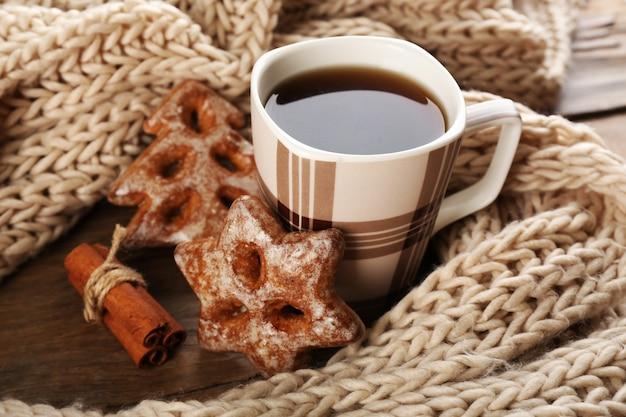 Tasse tee mit keksen auf tischnahaufnahme