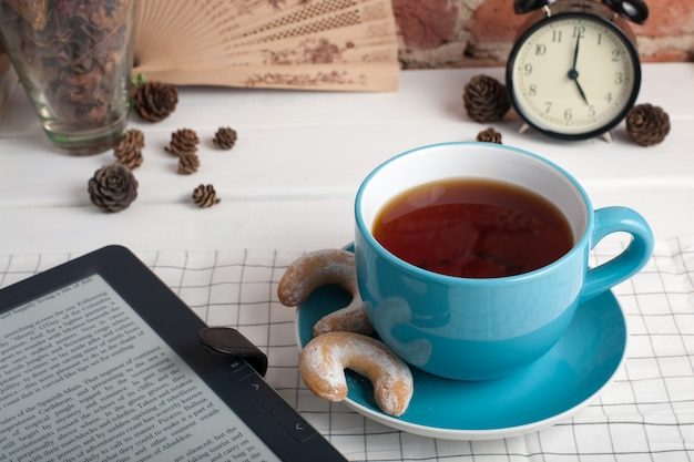 Tasse tee mit keksen. fünf uhr.