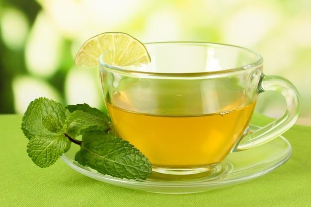 Tasse tee mit minze auf dem tisch
