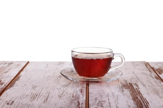 Tasse tee mit minze und zitrone isoliert auf einem weißen