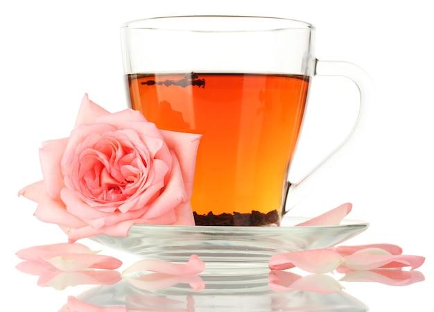 Tasse tee mit rose auf weiß