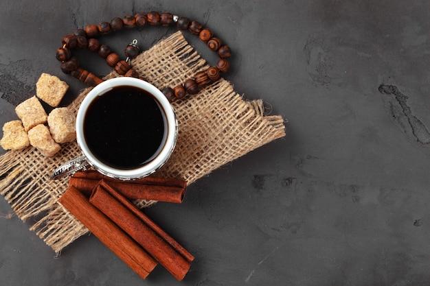 Tasse tee mit zimtstangen auf tisch, draufsicht