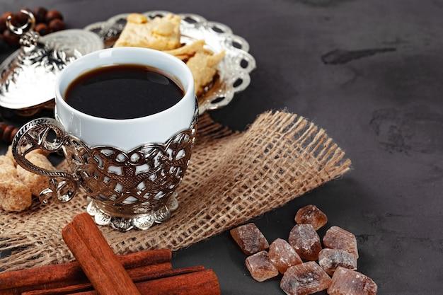 Tasse tee mit zimtstangen auf tischnahaufnahme