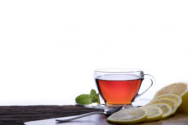 Tasse tee mit zitrone auf weißem hintergrund