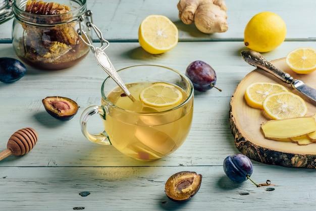 Tasse tee mit zitrone, honig und ingwer