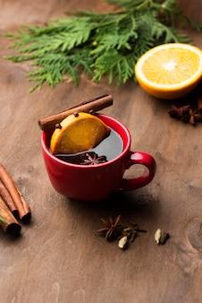 Tasse tee mit zitrone und früchten auf dem schreibtisch