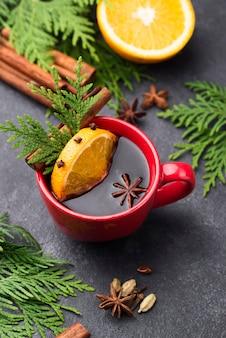 Tasse tee mit zitrone und früchten auf dem tisch