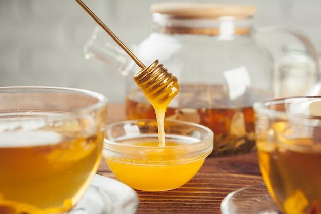 Tasse tee mit zitrone und honig