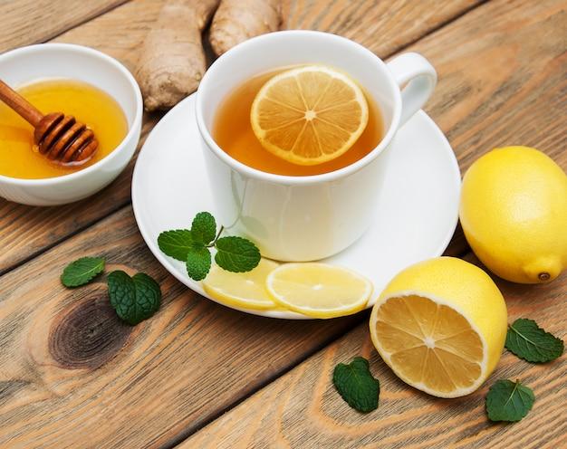 Tasse tee mit zitrone und ingwer