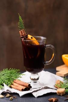 Tasse tee mit zitrone und zimt auf dem tisch
