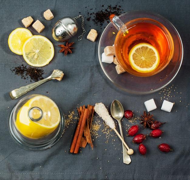 Tasse tee mit zucker und gewürzen