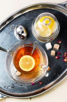 Tasse tee mit zucker und zitrone