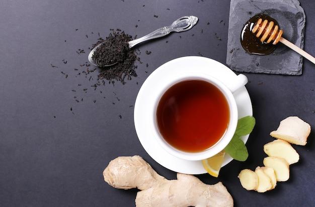 Tasse tee mit zutaten