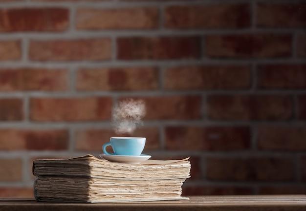 Tasse tee und alte bücher