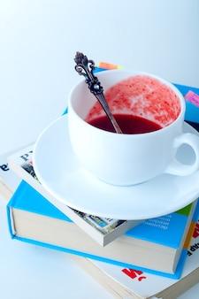 Tasse tee und buch