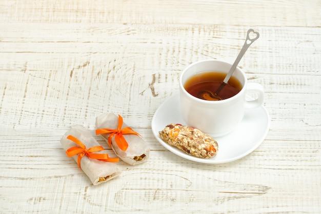 Tasse tee und ein paar riegel müsli.
