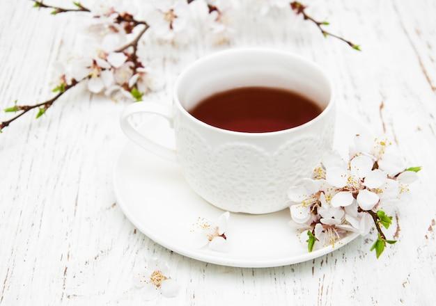 Tasse tee und frühlingsblüte