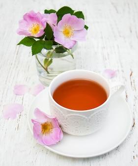Tasse tee und heckenrose