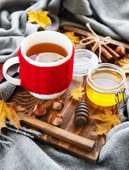 Tasse tee und herbstlaub