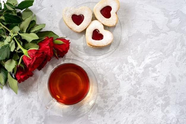 Tasse tee und herz formten plätzchen für valentinstag