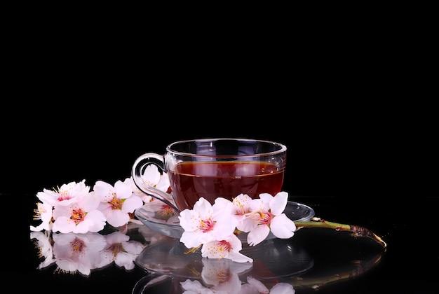 Tasse tee und kirschzweig