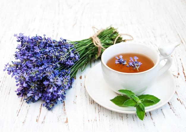 Tasse tee und lavendelblumen