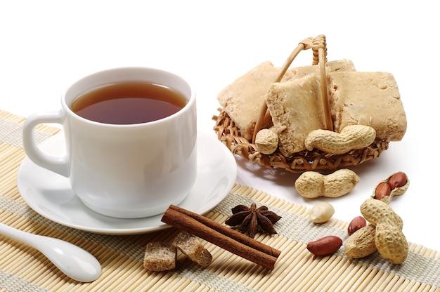 Tasse tee und orientalische süßigkeiten