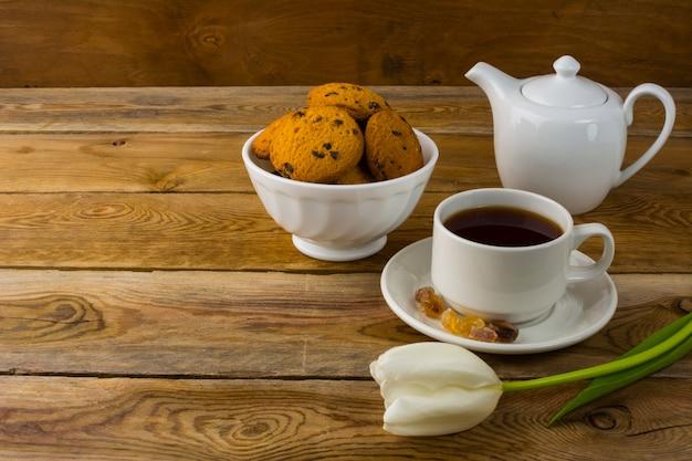 Tasse tee und porzellanteekanne