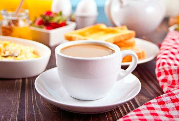 Tasse tee und rührei und mit knusprigem toast