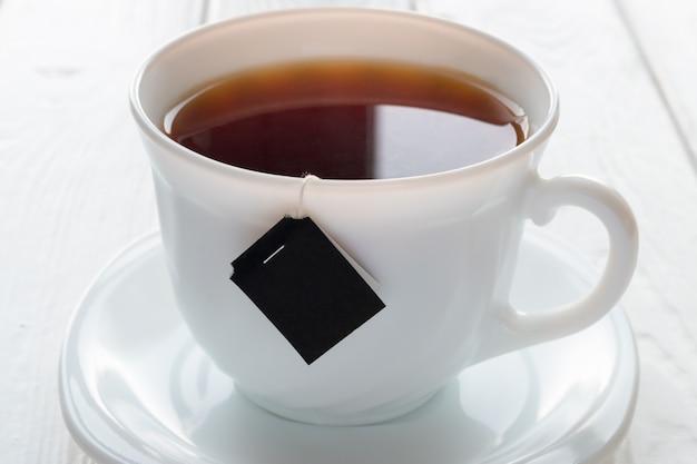 Tasse tee und teebeutel auf einem weiß