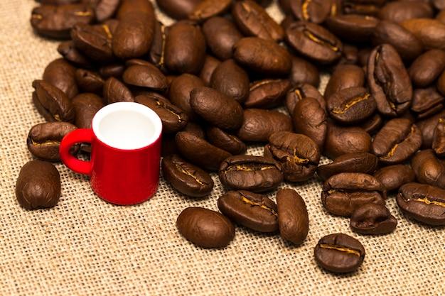 Tasse und kaffeebohnen auf dem stoffsack