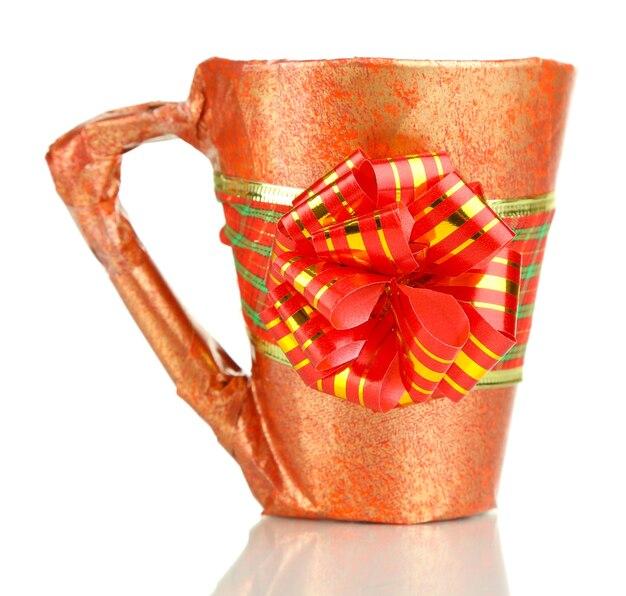 Tasse verpackt in geschenkpapier isoliert auf weiß