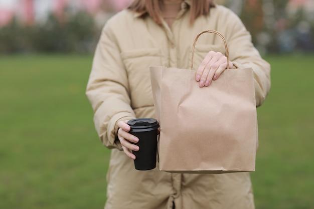 Tasse zum mitnehmen mit kaffee, modell für identity branding