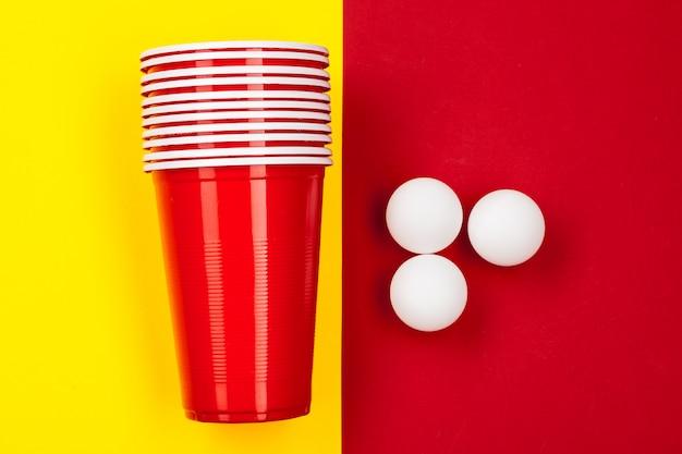 Tassen für spiel beer pong auf dem tisch