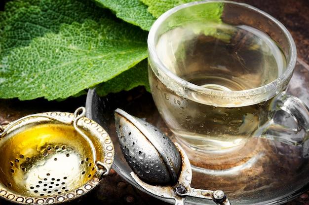 Tassen gesunder kräutertee