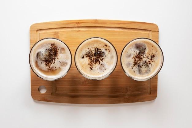 Tassen kaffee auf dem tisch