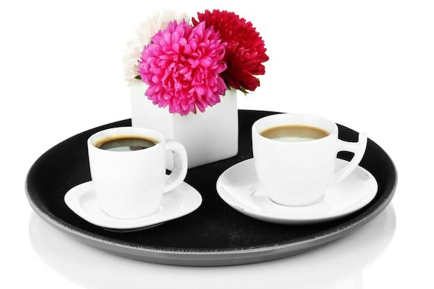 Tassen kaffee auf tablett lokalisiert auf weiß