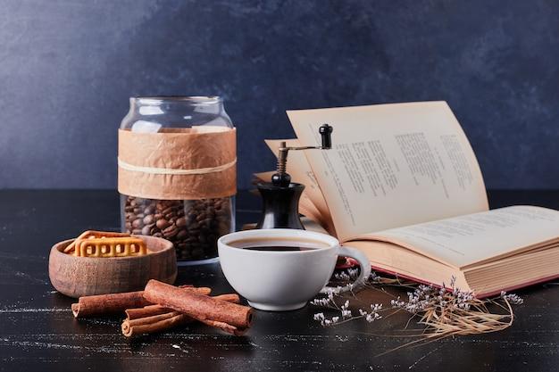 Tassen kaffee mit keks und zimt.