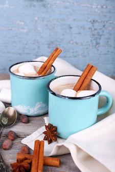 Tassen leckerer heißer kakao auf holztisch