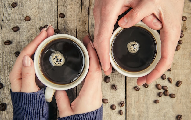 Tassen mit einem kaffee. selektiver fokus getränk.