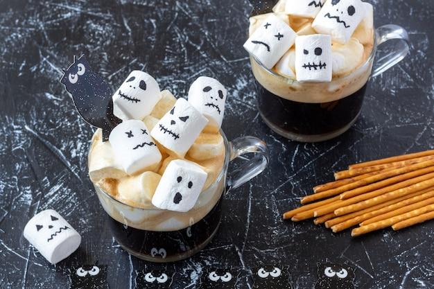Tassen mit heißer schokolade und marshmallow mit halloween