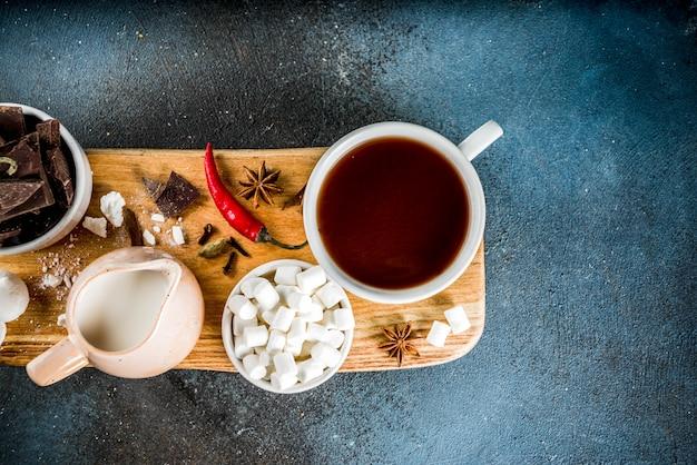 Tassen mit heißer schokolade