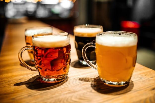 Tassen mit verschiedenen craft beer an der bar verschwimmen